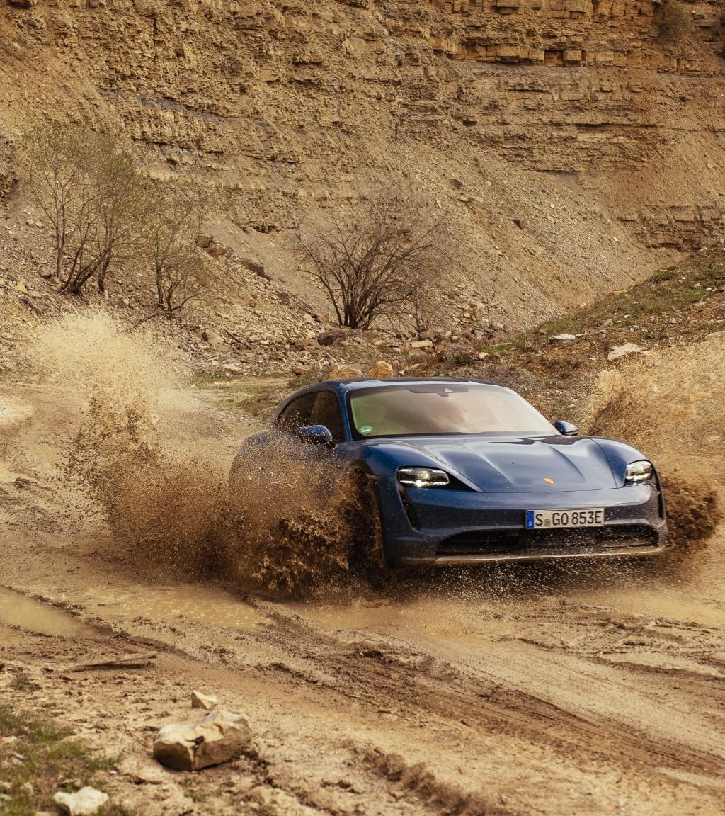 La nuova Porsche Taycan Cross Turismo.
