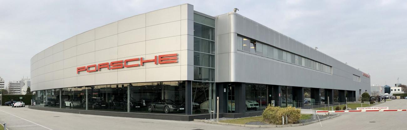Porsche Salone esterno giorno